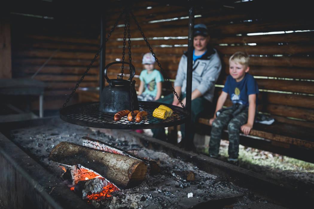 Liminganlahden luontokeskuksen nuotiopaikka. Pohjolan rengastien päiväretkikohde Oulusta. Kuva Metsähallitus/Maarit Vaahteranoksa.