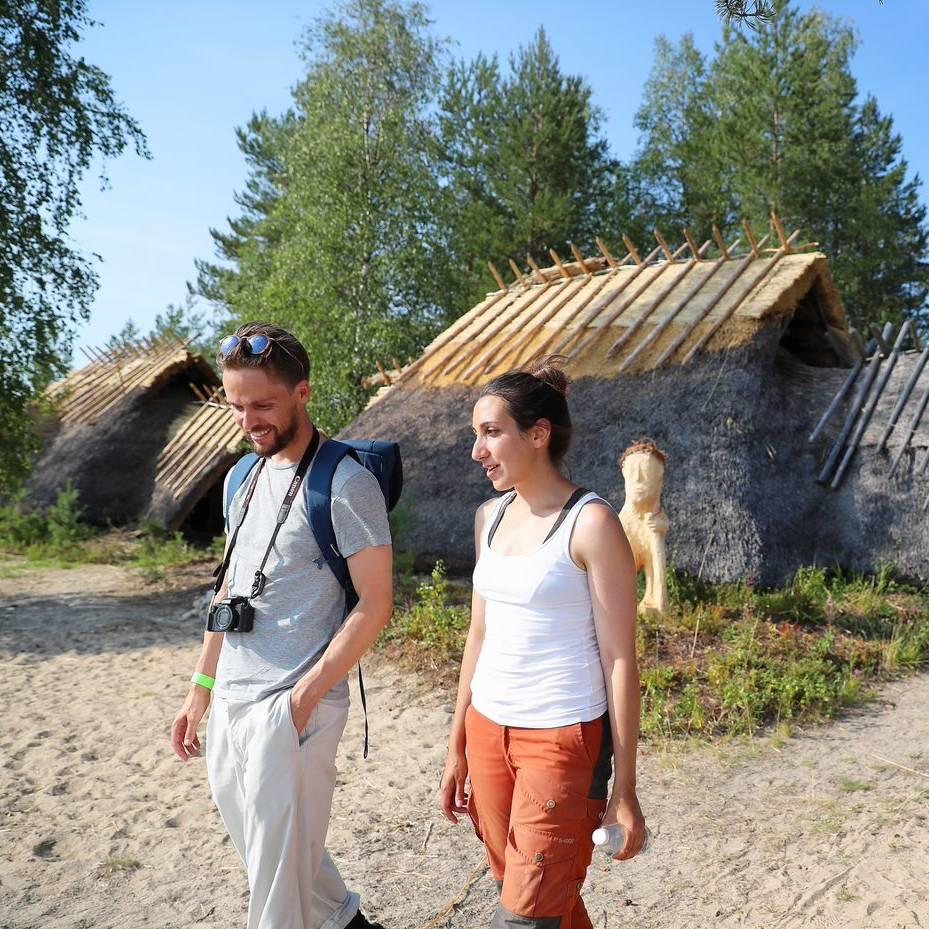 Kierikkikeskus: koe kivikauden elävä tunnelma Yli-Iin Kierikkikeskuksessa ja sen Kivikauden kylässä. Kierikki sijaitsee kauniilla paikalla Iijoen rannalla, Oulusta 55 kilometrin ja vajaan tunnin ajomatkan päässä.